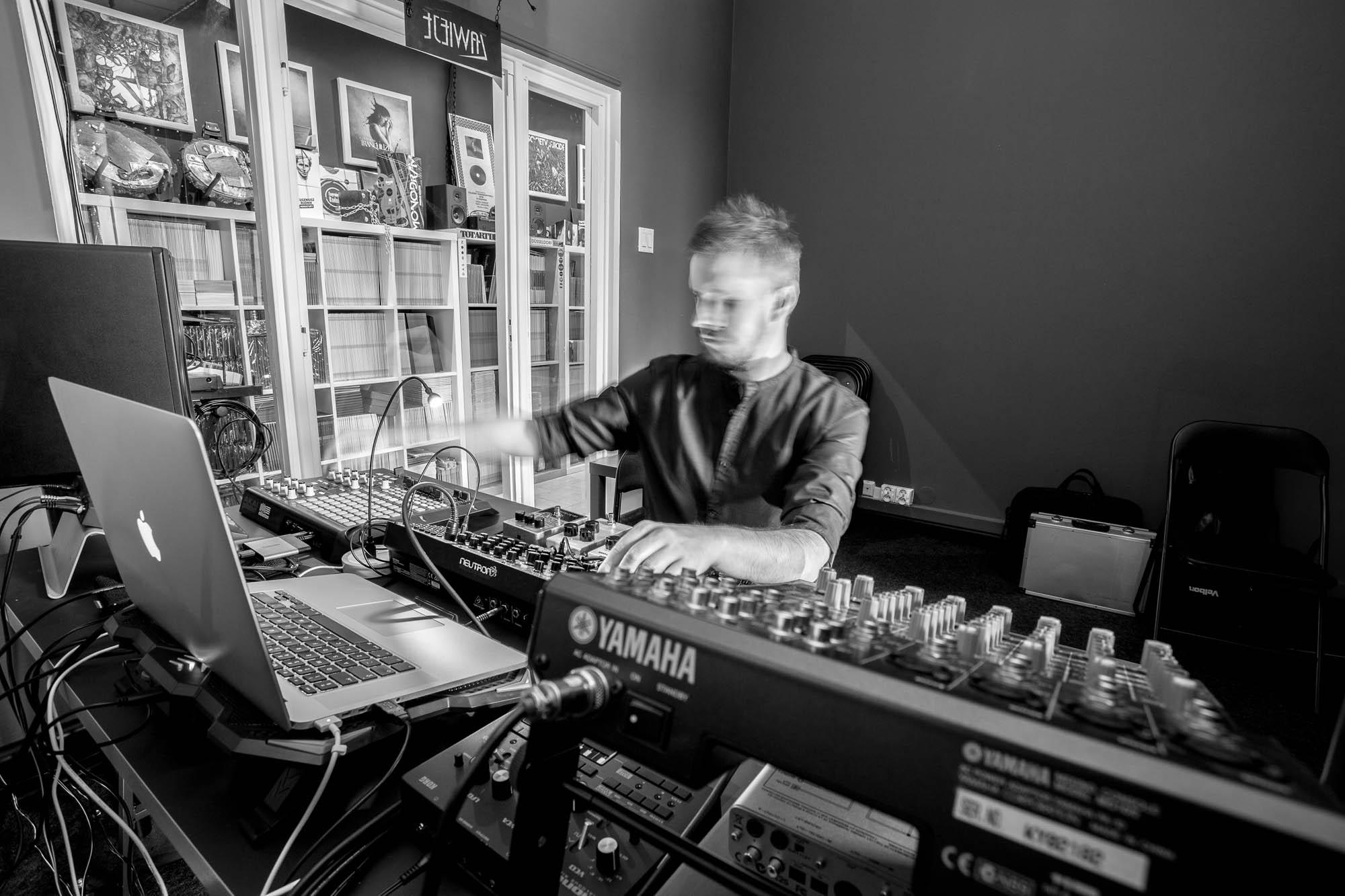 Jacek Doroszenko - Visual and sound artist - Performance - Rehersal - Ampscent 02